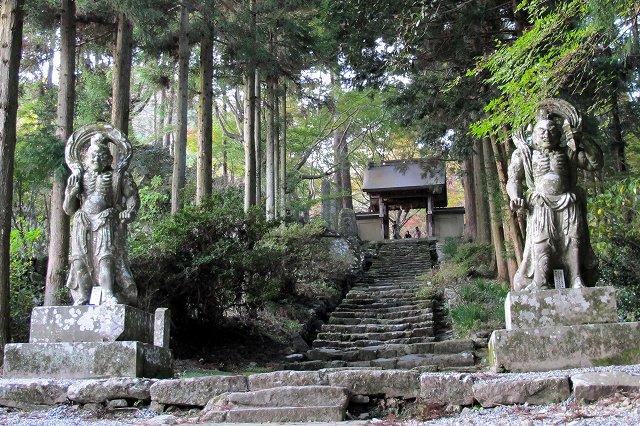 両子寺の石像.jpg
